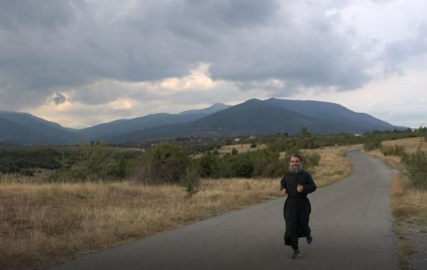 Ιερέας έτρεξε 246 χιλιόμετρα με τα ράσα του…